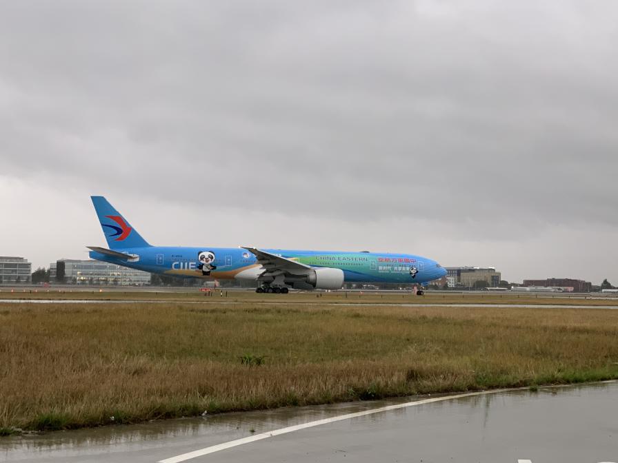 """Das Flugzeug """"Import Expo"""" von China Eastern Airlines landete in London, der zweite Station der globalen Tour"""